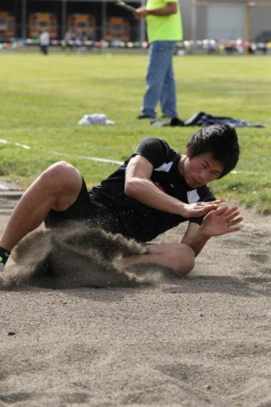 Seagulls capture District title; Phansisay breaks record; Valley girls sweep Top 4 in pole vault